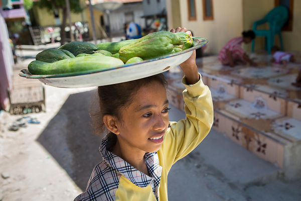Nabila, 11 ans vends des légumes provenant du marché de Labuan Bajo aux voisins, Pulau Messh, Flores, Indonésie / Nabila, 11 years old is selling vegetables coming from Labuan Bajo market to neighbors, Pulau Messah, Flores, Indonesia