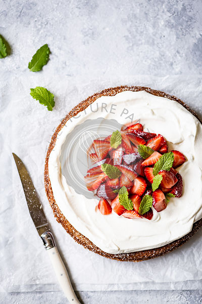 Strawberry sponge cake with cream cheese topping