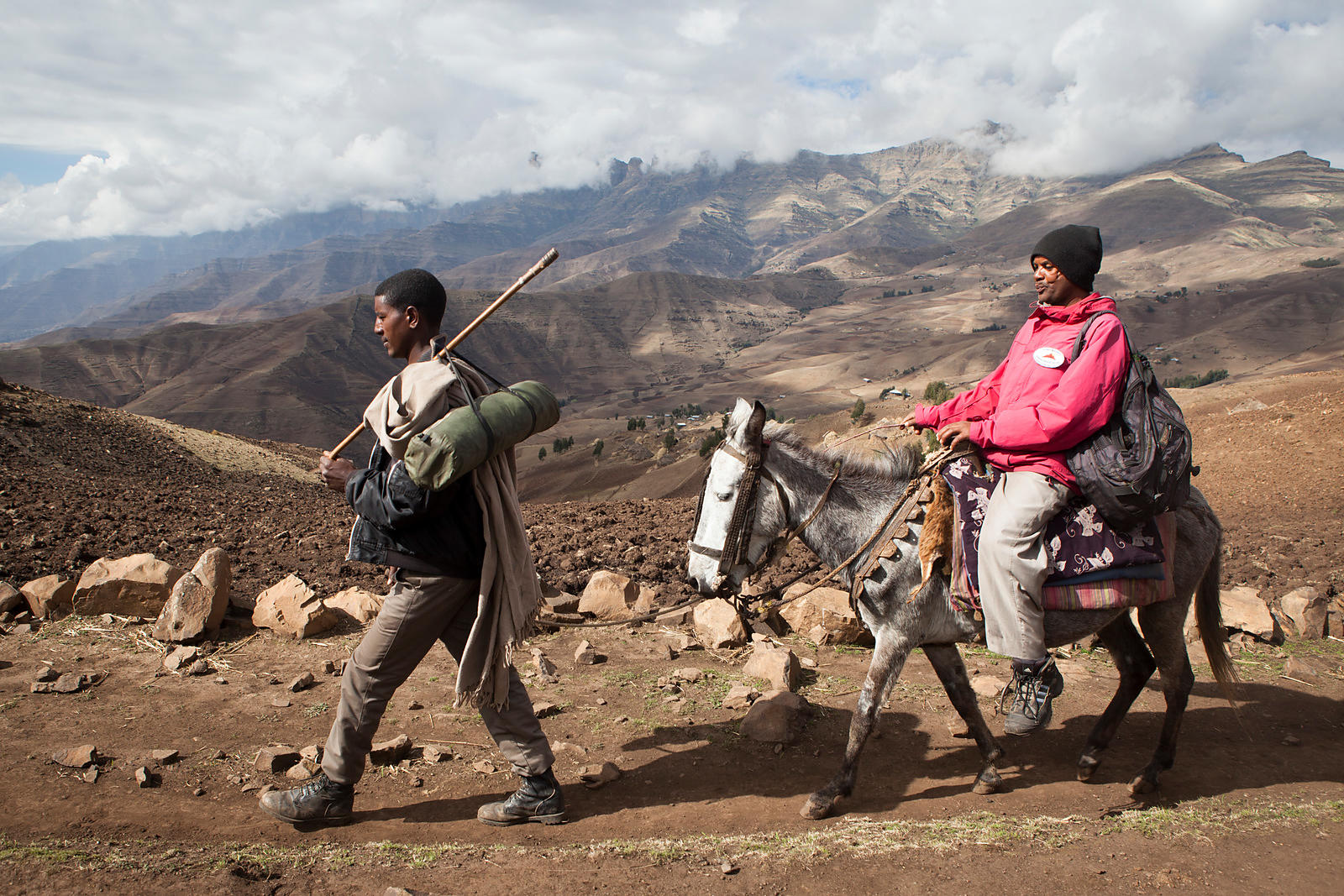 Getou, infirmier-docteur pour l'association Simien Mountaim Medical Mobile Services  se déplace de village en village dans les montagnes Simien accompagné par un muletier et dort dans sa tente, Éthiopie / Getou, Nurse-Doctor for the Simien Association Mountaim Medical Mobile Services moves from village to village in the Simien Mountains accompanied by a muleteer and sleeps in his tent, Ethiopia