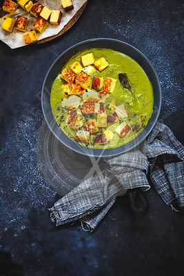 Cubes of fried Paneer simmered in a Spinach Gravy.