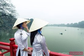 Vietnamese women with traditional dress, Hoan Kiem lake, Hanoi