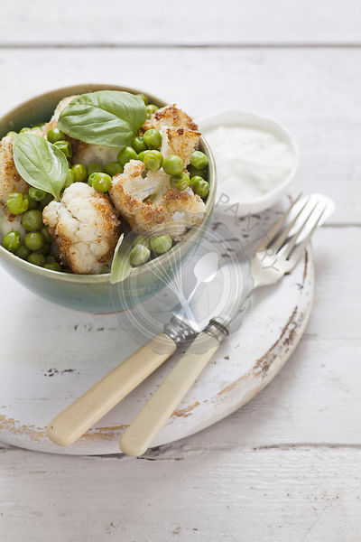 Fried cauliflower with peas and yogurt sauce