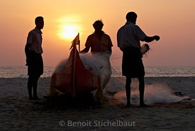 Inde, kérala, Allepey, Plage de Mararari, pêcheurs sur la plage // India, Kerala, Allepey, Mararari Beach, fisherman on the beach
