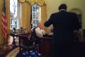 Sandy Burger spricht mit Präsident William Clinton im Oval Office.