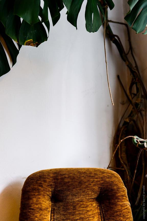Leerer Sessel im  Cafe Leuchte in Koeln