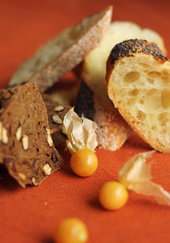 Baguette aux graines de pavot, craquelins aux dattes et cerises de terre
