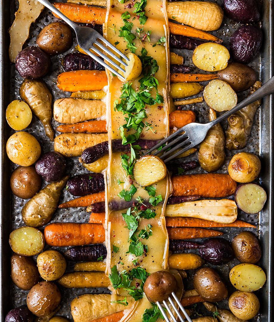 Raclette de légumes-racines sur une plaque   Recettes d'ici
