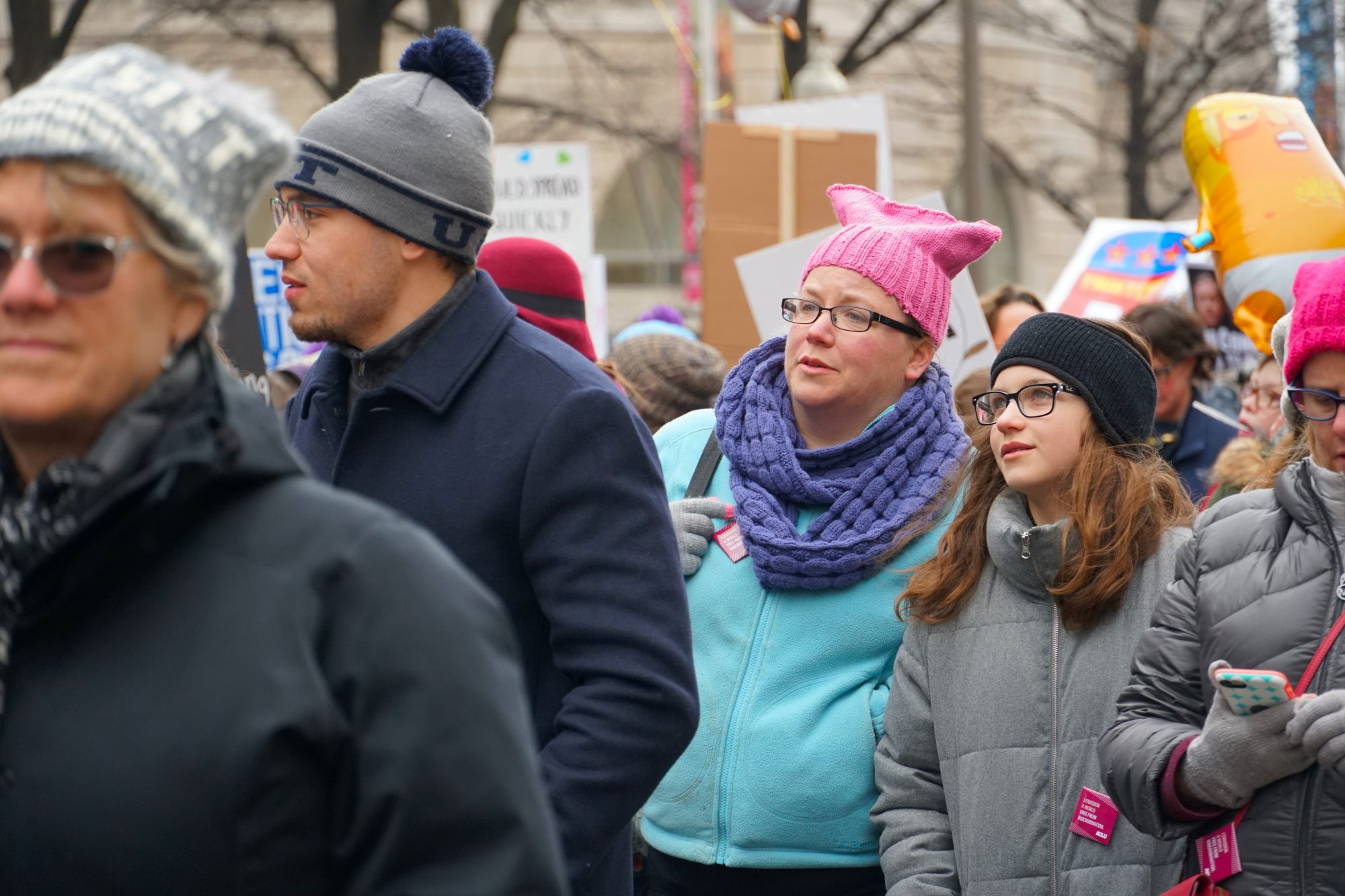 A mother and daughter look toward the Capitol as they march. (Ester Wells/MNS)