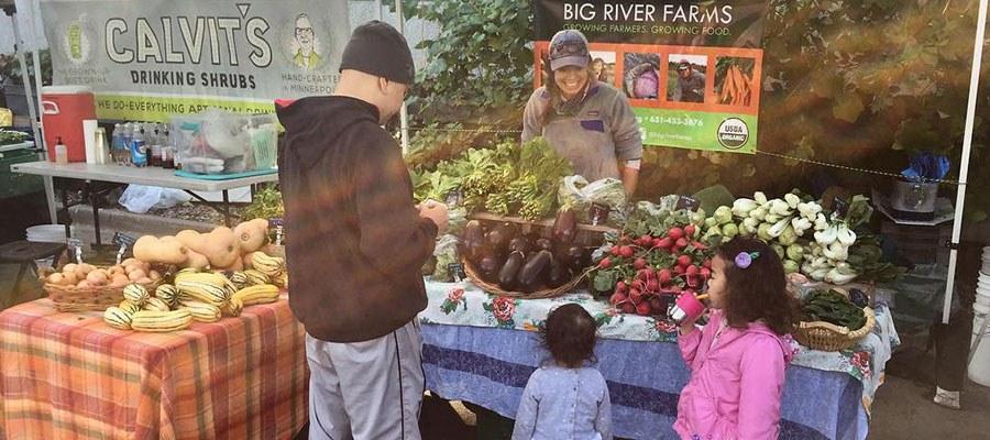family at kingfield farmers market