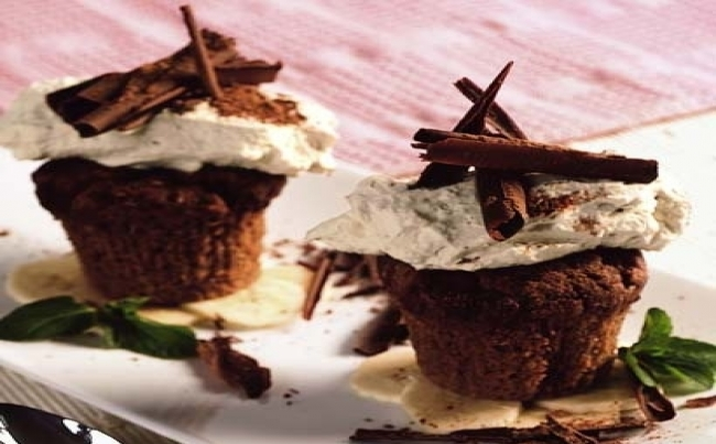 Muffins de chocolate con chantilly al café