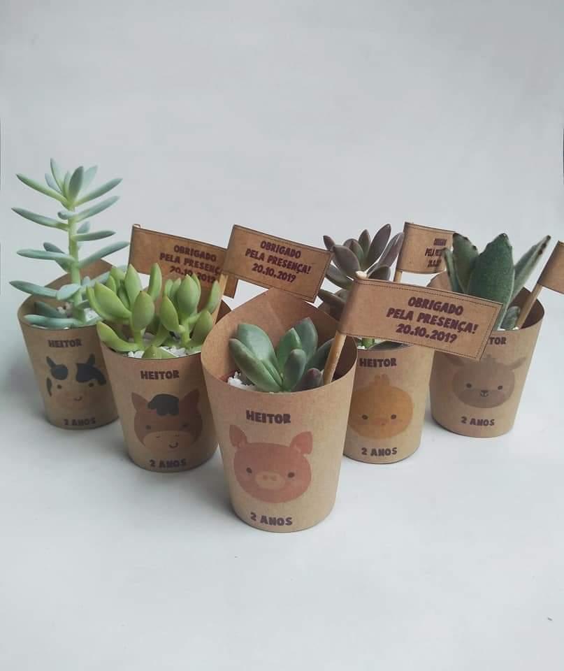 Lembrancinhas de suculentas e cactos com faixa personalizada + tag em papel kraft ou papel reciclado.