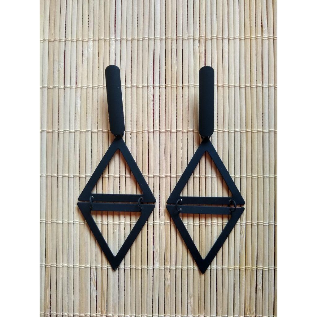 Brinco grande triângulo em ferro pintado moda blogueira