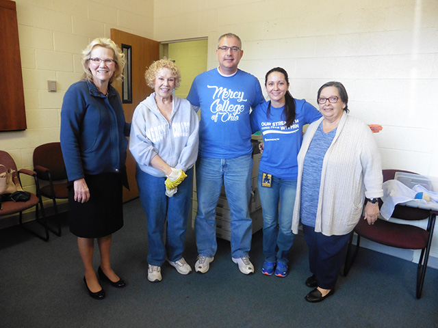 Image of Mercy College faculty and staff volunteering on October 2017 Day of Service