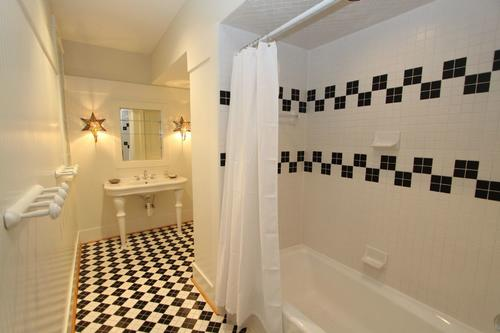 King or twin guest bathroom