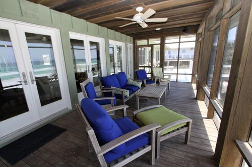 Screened porch with ample seating