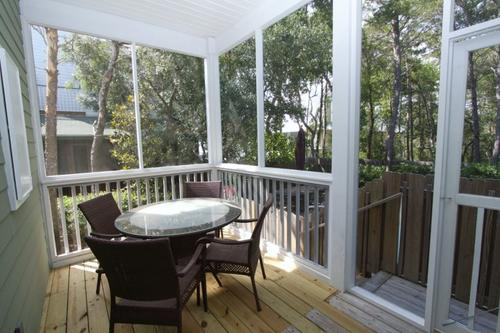 Outdoor dining on the screened porch
