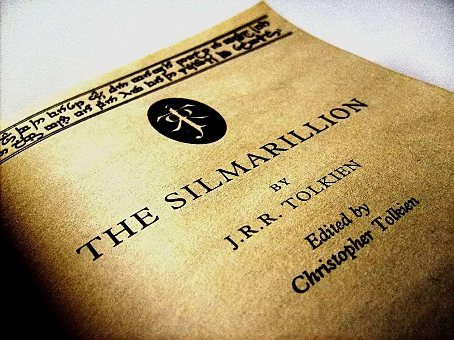 Contra-capa do livro O Silmarillion do autor J. R. R. Tolkien.