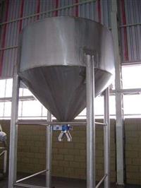 Reservatório em aço inox AISI 304, capacidade 5000 litros.