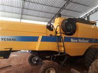 COLHEITADEIRA NEW HOLLAND TC5070, 4X2. HYDRO, COM PLATAFORMA DE 20 PÉS, ANO 2010