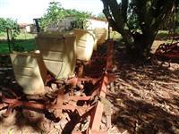 Plantadeira Jumil 4 linhas p/ soja milho sorgo algodão serve trator Massey Ford New Holland John Dee