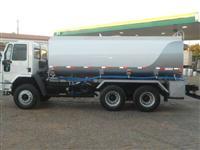 Caminhão Atego 2425 cabinado vermelho graneleiro