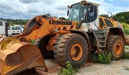 PÁ CARREGADEIRA LIEBHERR, MODELO L580, ANO 2011, PESO OPERACIONAL DE 24.580 KG, CABINE FECHADA COM A