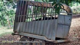 Reboque de transporte de animais com 4 rodas piso emborrachado freio disco nas 4