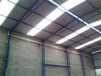 Coberturas com telhas isotérmicas e telhas galvanizadas.
