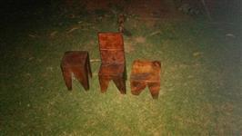 Banco e cadeiras infantil de eucalipto entalhado