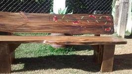 Bancos e mesas de madeira bruta