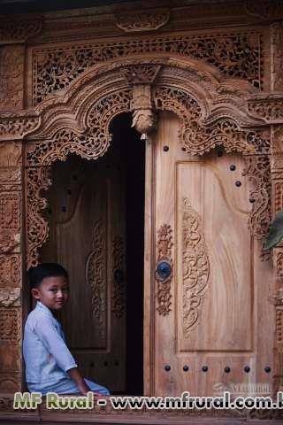 Porta rustica em madeira entalhada