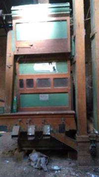 Maquina de beneficiamento de cereais, caixa de armazenamento de 8 ton., com balança semi-automatica.