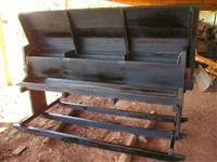 COCHO MÓVEL ROMANCINI (tipo trenó) em madeira Itaúba p/ sal mineral, mistura múltipla e outros usos.