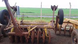 Grade aradora com pneu