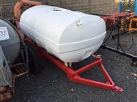 Carreta tanque com capacidade para 2.000Litros com registro e saída de agua !