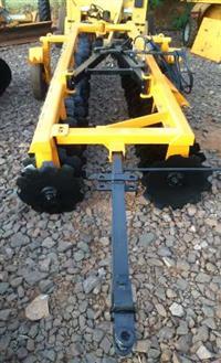 Grade Niveladora Mecânica marca TATU modelo GNM 48x20 com pneus para transporte e pistão na abertura
