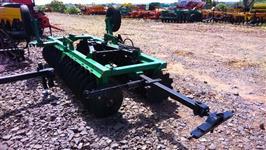 Grade niveladora flutuante mecanica m. TATU mod. GNFM 40x22, pneus p/ transporte e pistão abertura
