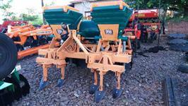 Cultivador Quebra Lombo com Adubador e Aplicador de Herbicida marca DRIA com poucas horas de uso