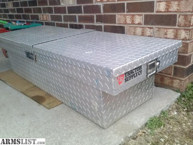 tractor supply toolbox for a ford ranger or chevy s10 in excellent condition but i do not have a key in perfect working condition besides the no key