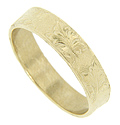 A leaf motif decorates the surface of this 14K yellow gold antique style wedding band