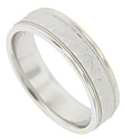 The center of this 14K white gold antique style men's wedding band features a matte finish, hammered design