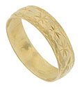 Sparkling engraved flowers dance across the face of this 18K yellow gold estate wedding band