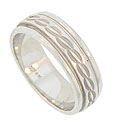 A surface of impressed curving chain links wind across the center of this handcrafted 14K white gold mens wedding band