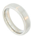 This 14K white gold mens wedding band features a satin finished central band flanked by smooth, polished edges