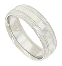 This 14K white gold mens wedding band features a beveled surface