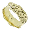 This Neta Wolte 14K green gold wedding band is adorned with abstract organic engraving