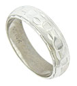 Simple engraved scalloped figurals spin across the surface of this vintage wedding band