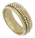 This elegant 14K yellow gold mens wedding band features a central chain of rose, yellow and white gold