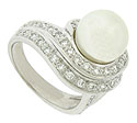 This stunning estate ring features a wide band which splits into a pair of diamond frosted vines