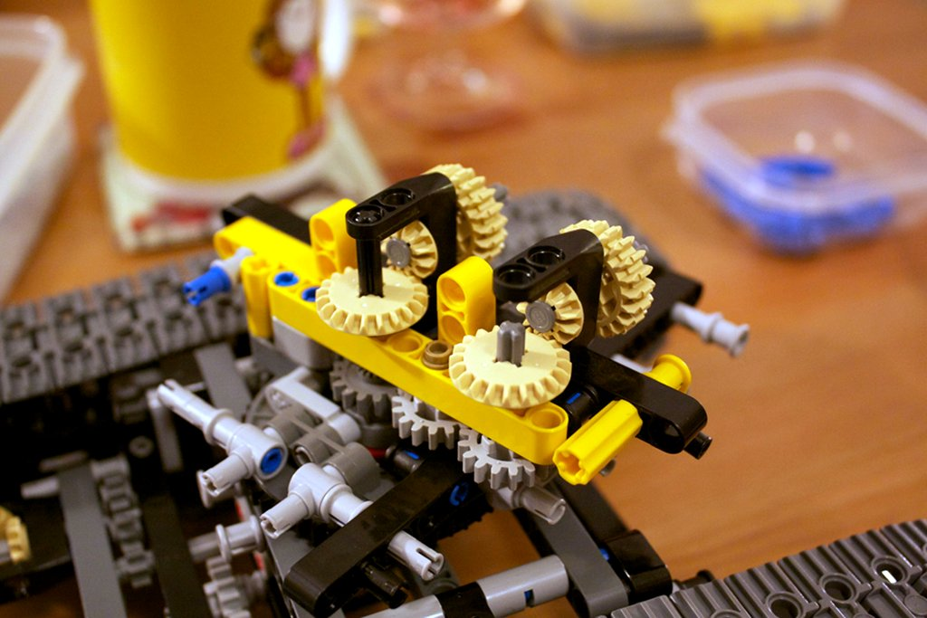 Lego 8043 excavator early cab gearing mechanism